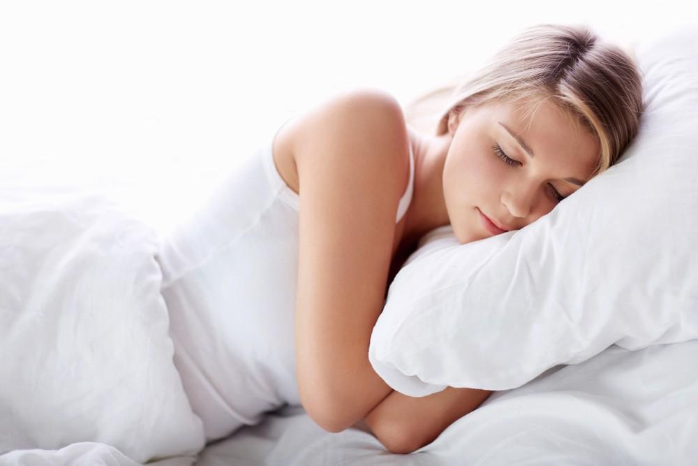 Ngủ quá nhiều hoặc quá ít, không ngủ ngon giấc có thể ảnh hưởng đến cơn đau đầu ở một số người