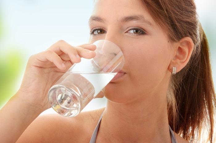 Uống đủ nước có thể giúp ngăn ngừa đau đầu hoặc giảm mức độ nghiêm trọng của chúng